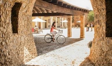 Joven dando un paseo en Val'Quirico en bicicleta