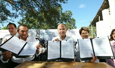 La Dra. Mercedes Juan, Directora General del CONADIS y Juan Manuel Carreras López, Gobernador del Estado de San Luis Potosí, firman convenio de colaboración.
