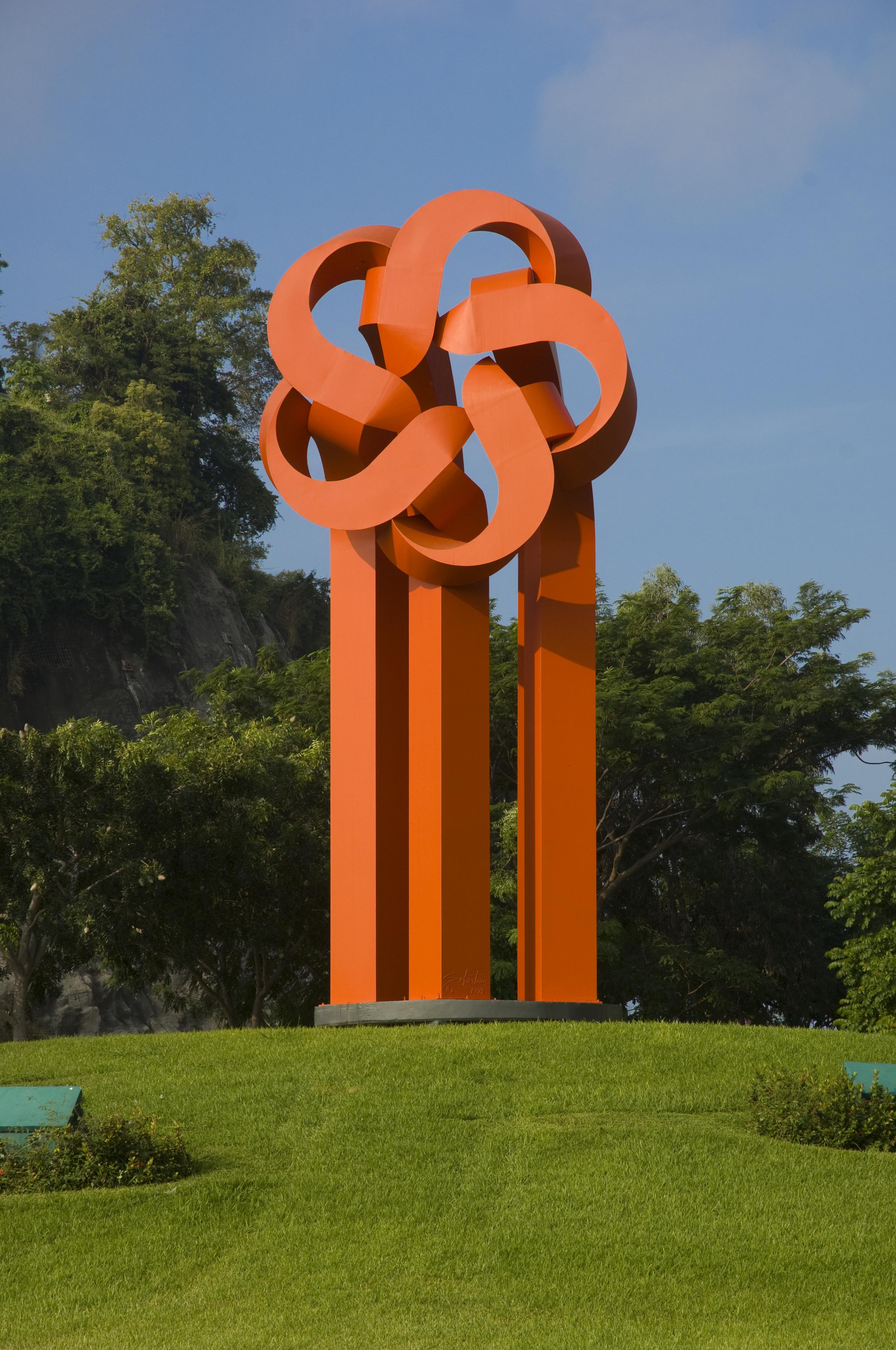 """Escultura """"la flor del desarrollo"""" emblema de FONATUR, la cual identifica también a los desarrollos del Fondo."""