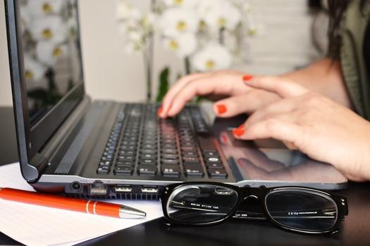 Manos de una mujer al teclado
