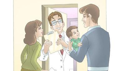 Médico recibiendo en la puerta a una mamá y un papá con su pequeño hijo