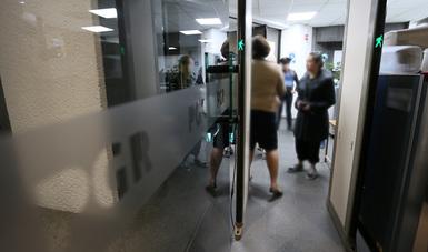 personas siendo atendidas en una oficina de PGR