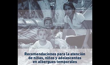 Dos niños y una joven que los cuida en el albergue.