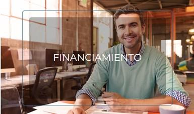 Imagen de empresario sentado, con una pluma y una agenda. Dentro de su empresa.