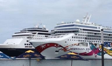 """Es una foto de la API Huatulco que muestra dos cruceros atracados en la bahía,  el que se ve en primer plano se llama """"NORWEGIAN JEWEL"""" y el de  atras se llama """"STATENDAM"""""""