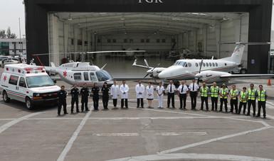 Fotografía de personal en el hangar de PGR