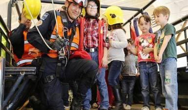 Integrantes de la Policía Federal con niños y niñas