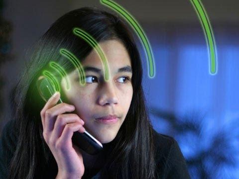 imagen de una mujer hablando por teléfono