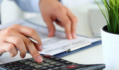 imagen de una persona utilizando una calculadora