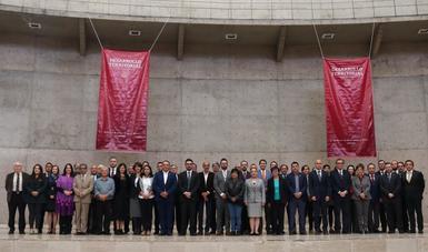 los integrantes del Consejo Nacional de Ordenamiento Territorial y Desarrollo Urbano, posan en una fotografía oficial.