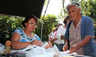 Persona adulta mayor haciendo un trámite
