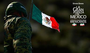 Militar en honores a la bandera mexicana.