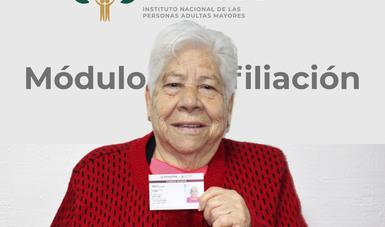 Adulta mayor con su credencial INAPAM