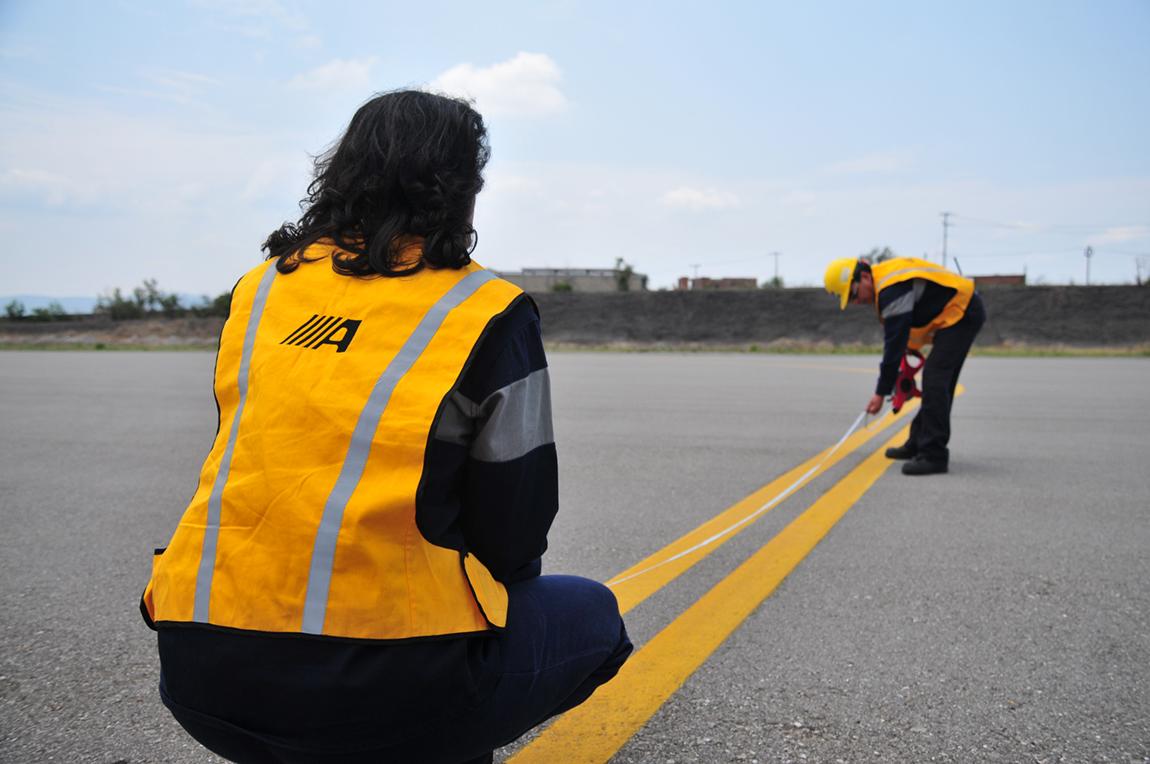 Checando medidas en la pista de aterrizaje