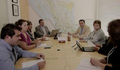 Personas alrededor de una mesa de trabajo