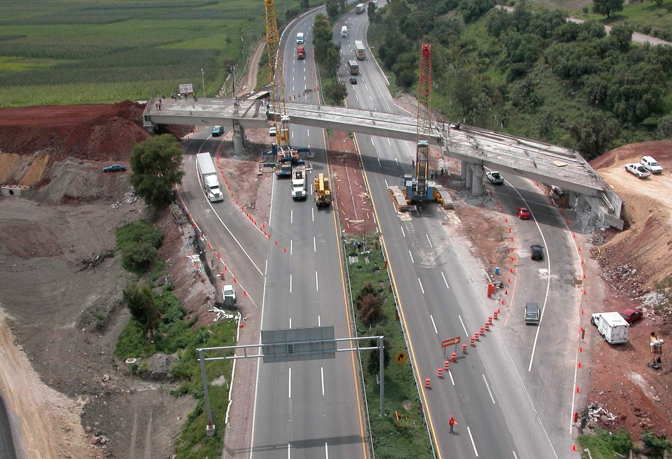El Gobierno Federal, a través de la Secretaría de Comunicaciones y Transportes, otorgó al Fideicomiso 1936, denominado Fondo Nacional de Infraestructura, una concesión para construir, operar, explotar  y mantener 45 caminos y 3 puentes (autopistas)