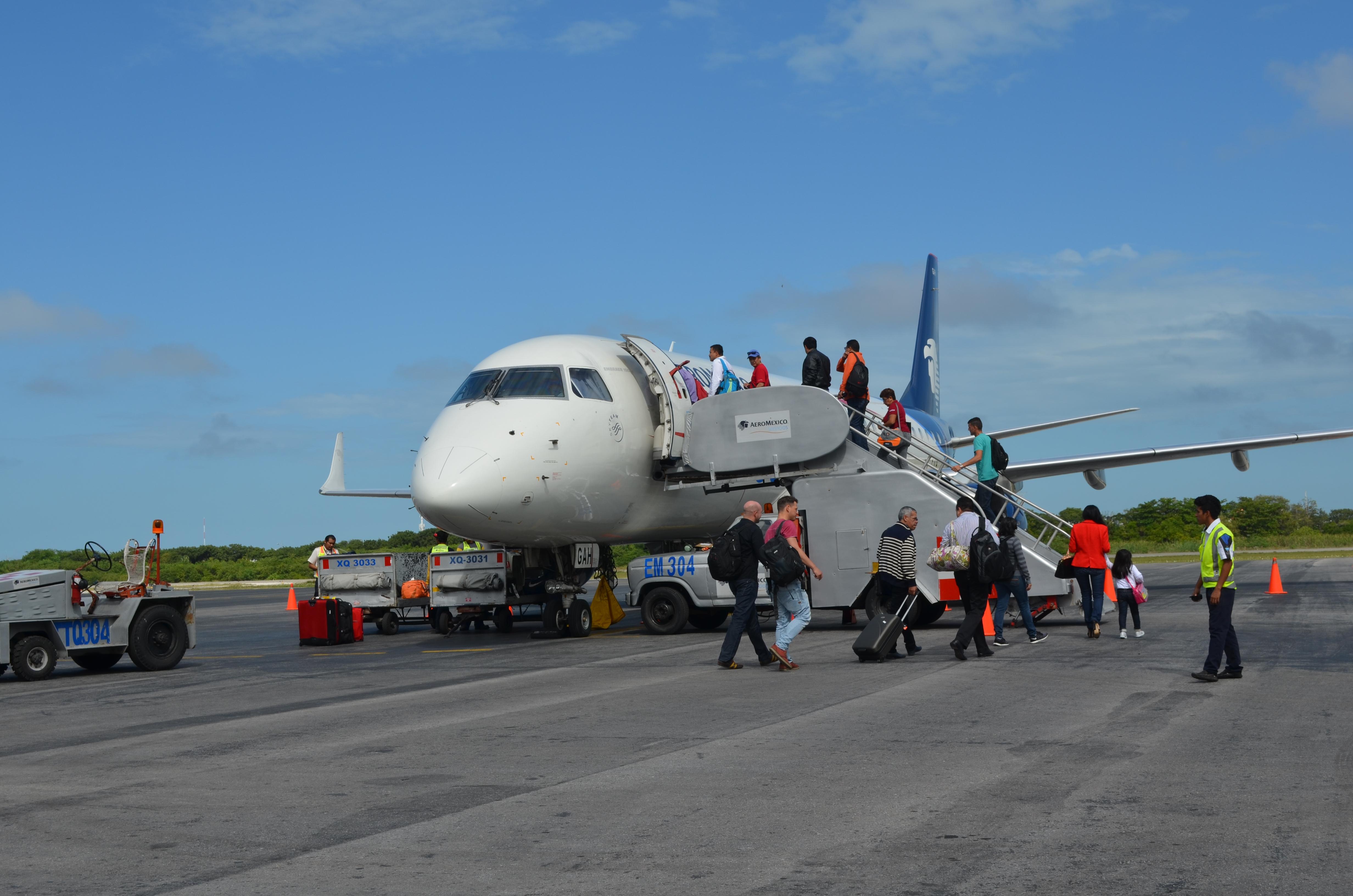Pasajeros abordando el avión en el Aeropuerto Cd. del Carmen