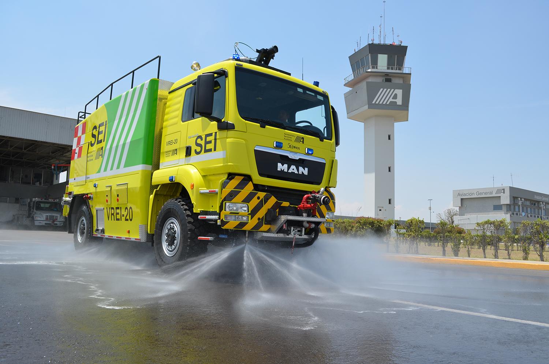 Vehículo de Rescate y Extinción de Incendios en actividad