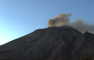En las últimas 24 horas, mediante el sistema de monitoreo del volcán Popocatépetl se identificaron 132 exhalaciones acompañados por emisiones de gases volcánicos y en ocasiones ligeras cantidades de ceniza, 560 minutos de tremor y un VT.