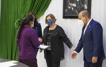 Nadine Gasman y el alcalde de la alcaldía Venustiano Carranza entregan reconocimientos a mujeres constructoras de paz