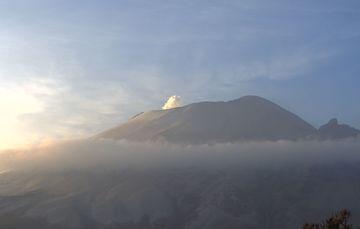 En las últimas 24 horas, mediante los sistemas de monitoreo del volcán Popocatépetl se identificaron 531 exhalaciones acompañadas de gases volcánicos.