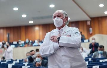 Al encabezar la Ceremonia Institucional por el Día del Médico, el director general Zoé Robledo afirmó que este personal ha hecho lo correcto: nunca parar; siempre entregarse y jamás rendirse.