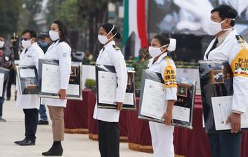 Los médicos Ivalu Arcelia Carmona Campos y Eddie Antonio León Juárez recibieron la presea por méritos eminentes y conducta ejemplar en la atención de la emergencia sanitaria.