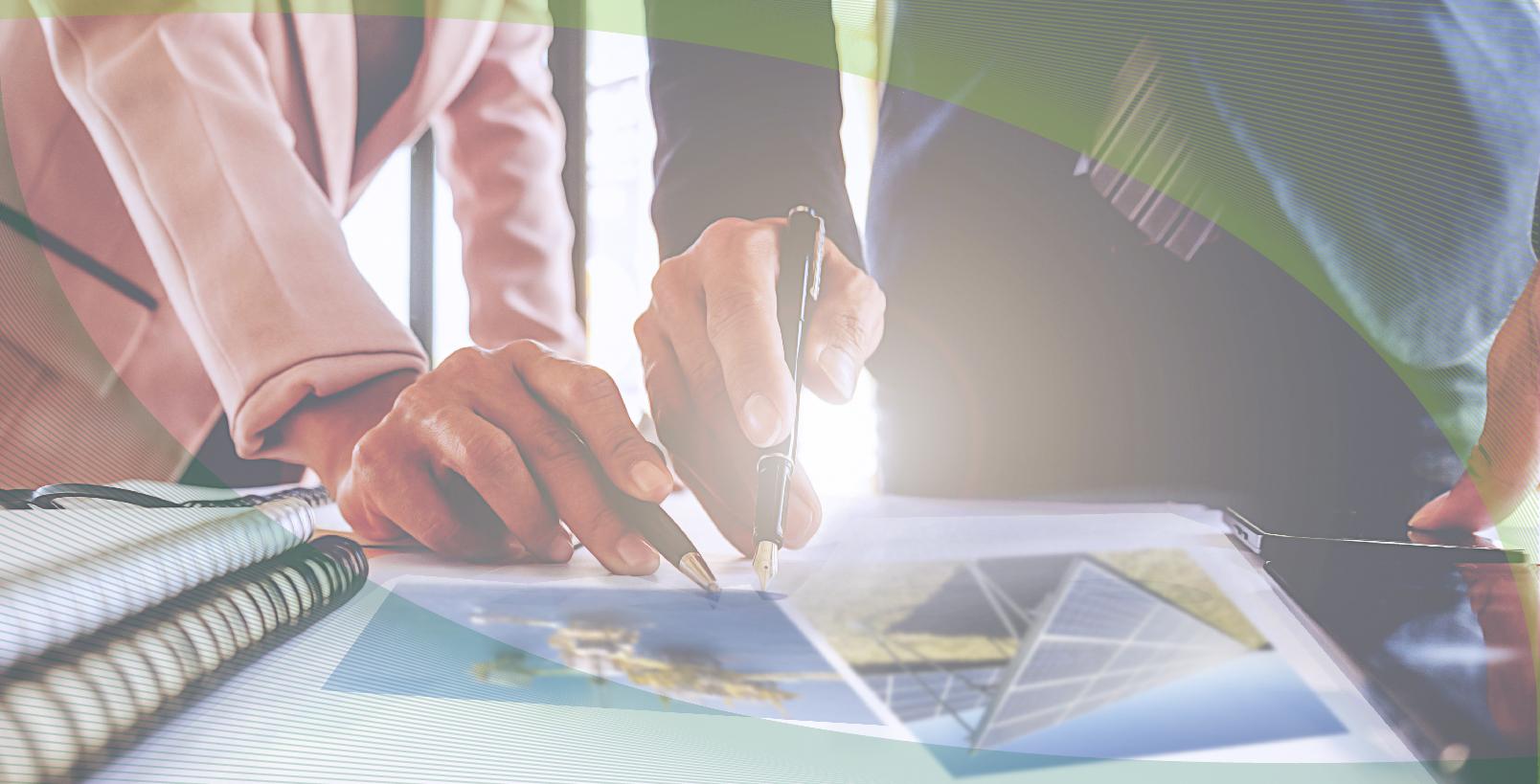 Ilustración con personas que atienden un documento en el que se aprecian dos fotografías con celda solar y plataforma petrolera.