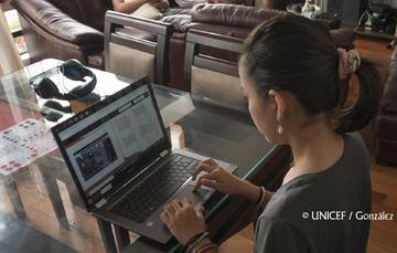 Chica adolescente usa una laptop.