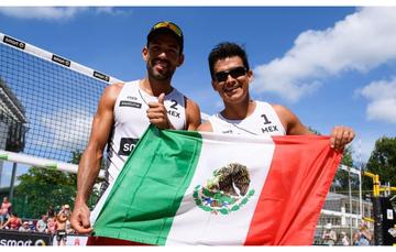 Juan Virgen (izq.) y Lombardo Ontiveros (der,), seleccionados nacionales de voleibol de playa.