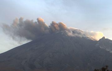 En las últimas 24 horas, mediante los sistemas de monitoreo del volcán Popocatépetl se identificaron 25 exhalaciones y 873 minutos de tremor.