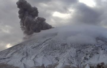 En las últimas 24 horas, mediante los sistemas de monitoreo del volcán Popocatépetl se identificaron 16 exhalaciones y 981 minutos de tremor, acompañados por emisiones de vapor de agua, gases volcánicos y bajas cantidades de ceniza.