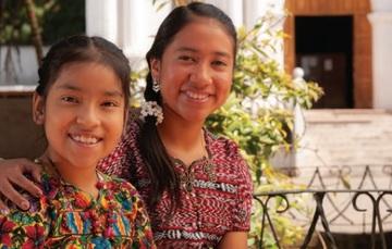 niña y joven indígenas