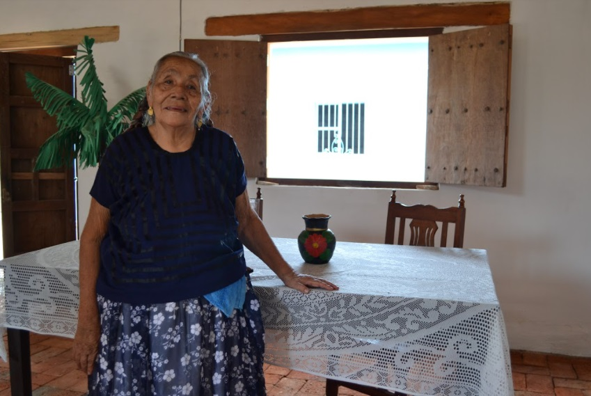 Mujer anciana mexicana en su vivienda