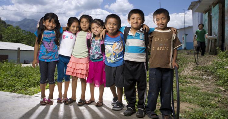Niñas y niños en su comunidad rural.