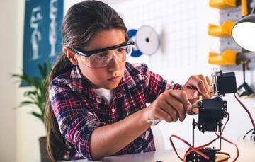 Prejuicios y estereotipos mantienen a niñas y mujeres alejadas de los sectores de la ciencia, la tecnología, las ingenierías y las matemáticas.
