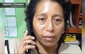Servidora de la Nación realizando una llamada por celular