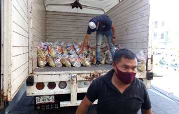 Diconsa arma y distribuye despensas para familias vulnerables de Zacatelco