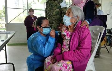 Doña María Antonia recibiendo la vacuna contra COVID-19