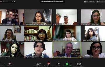 Adolescentes y autoridades que participaron en el diálogo.