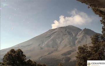 En las últimas 24 horas, mediante los sistemas de monitoreo del volcán Popocatépetl se identificaron 92 exhalaciones y 311 minutos de tremor, acompañados por emisiones de vapor de agua, gases volcánicos y ligeras cantidades de ceniza.