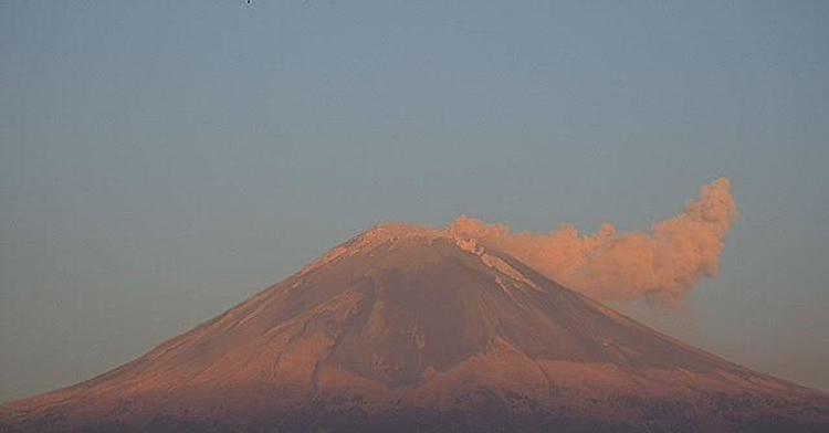 En las últimas 24 horas, mediante los sistemas de monitoreo del volcán Popocatépetl se identificaron 114 exhalaciones y 975 minutos de tremor, acompañados por emisiones de vapor de agua, gases volcánicos y ligeras cantidades de ceniza.