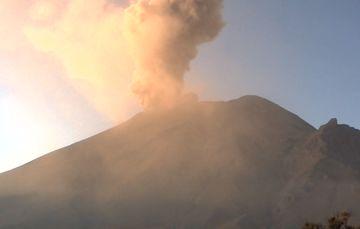 El sistema de monitoreo registró 104 exhalaciones y 956 minutos de tremor.