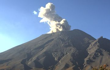 En las últimas 24 horas, mediante los sistemas de monitoreo del volcán Popocatépetl se identificaron 82 exhalaciones y 234 minutos de tremor.