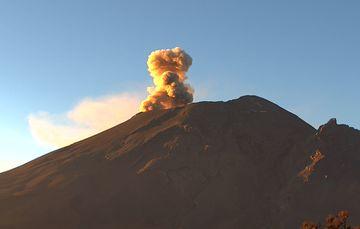 En las últimas 24 horas, mediante los sistemas de monitoreo del volcán Popocatépetl se identificaron 34 exhalaciones y 406 minutos de tremor.