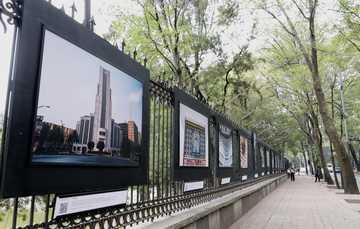 Fotografía del corredor de Reforma con la exposición de la Lotería nacional en la Galería Abierta de las Rejas de Chapultepec