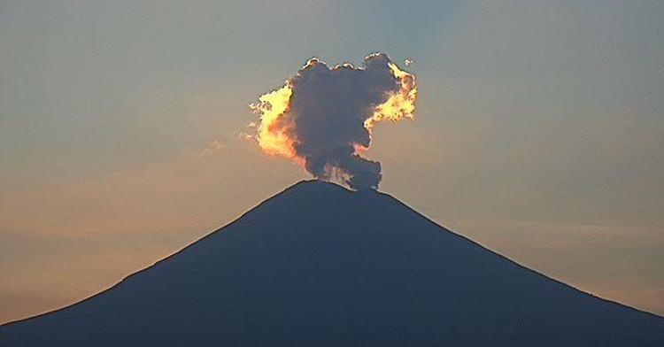 En las últimas 24 horas, mediante los sistemas de monitoreo del volcán Popocatépetl se identificaron 139 exhalaciones y 67 minutos de tremor de baja amplitud, acompañados de vapor de agua, gases volcánicos y ligera cantidad de ceniza.