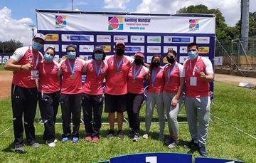 Equipos de arco recurvo y compuesto, tras le ceremonia de premiación en Medellín, Colombia. Cortesía