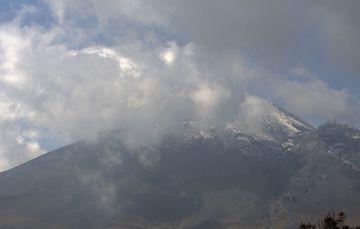 En las últimas 24 horas, mediante los sistemas de monitoreo del volcán Popocatépetl se identificaron 25 exhalaciones y 1016 minutos de tremor de baja amplitud, acompañados de gases volcánicos y ligeras cantidades de ceniza