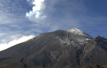 En las últimas 24 horas, mediante los sistemas de monitoreo del volcán Popocatépetl se identificaron 46 exhalaciones y 167 minutos de tremor de baja amplitud, acompañados de gases volcánicos y ligeras cantidades de ceniza.
